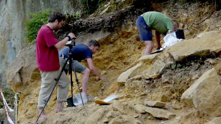 Fouilles archéologiques des abris Castanet et Blanchard (Dordogne)